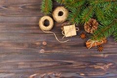 圣诞节礼物配件箱 冷杉分支用桂香和茴香在土气木背景 平的位置 季节性问候概念 胜利 库存照片