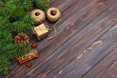 圣诞节礼物配件箱 冷杉分支用桂香和茴香在土气木背景 平的位置 季节性问候概念 胜利 免版税库存照片