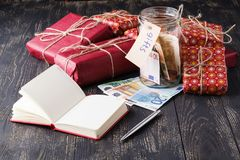 圣诞节礼物销售概念,有钞票的开放瓶子 库存照片