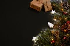 圣诞节礼物,圣诞树,上色了装饰,星,在黑背景的球 库存照片