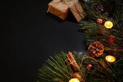 圣诞节礼物,圣诞树,蜡烛,上色了装饰,星,在黑背景的球 库存照片