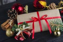 圣诞节礼物,在木的树装饰背景 免版税图库摄影