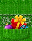 圣诞节礼物,球,在被编织的口袋的雪花 免版税库存照片