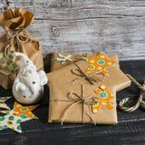 圣诞节礼物,陶瓷圣诞老人,木表面上的糖果 免版税图库摄影