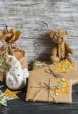 圣诞节礼物,陶瓷圣诞老人,玩具涉及木表面 免版税库存照片