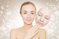 圣诞节礼物:妇女享用她的健康皮肤,不用皱痕 免版税库存照片