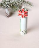 圣诞节礼物-与红色雪花的一百欧元 库存照片