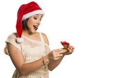 圣诞节礼物-妇女开头礼物惊奇的和愉快,年轻b 免版税库存照片