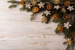 圣诞节秸杆装饰背景 免版税库存照片