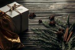 圣诞节简单的当前箱子和螺纹在时髦土气木 库存照片