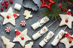 圣诞节糖屑曲奇饼圣诞老人和雪人蛋白软糖流行 免版税库存图片