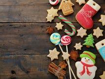 圣诞节糖果和曲奇饼在土气背景 免版税库存照片