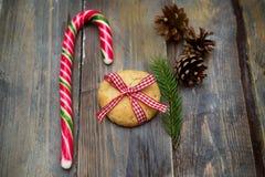 圣诞节糖果和曲奇饼在木背景 圣诞节De 库存图片