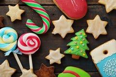 圣诞节糖果和曲奇饼在木背景 免版税库存照片
