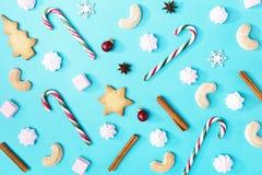 圣诞节糖果和甜点在蓝色 库存图片