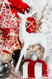 圣诞节红色、xmas白色驯鹿、红色板材、礼物、红色丝带、山脉灰、花揪、圣诞树和球,在白色 库存照片