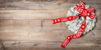 圣诞节红色丝带花圈 欢乐葡萄酒装饰品 库存图片