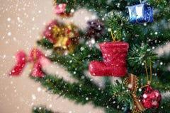 圣诞节红色摊和垂悬在树的装饰品装饰 免版税图库摄影