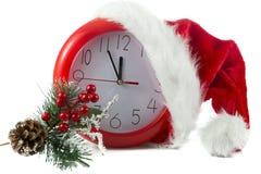 圣诞节红色时钟和一只猫在白色 库存照片