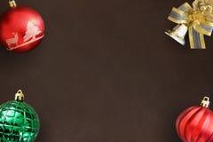 圣诞节红色波浪和绿色有肋骨球,在黑暗的装饰响铃 库存图片