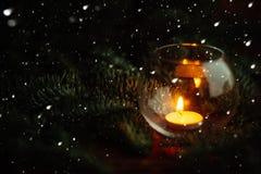 圣诞节红色球、蜡烛、云杉的分支、花圈和雪花在黑暗的背景装饰的新年的假日机智 库存图片