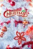 圣诞节红色球和装饰在白色树 免版税图库摄影