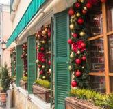圣诞节红色球装饰了在葡萄酒房子的窗口 库存照片