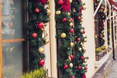 圣诞节红色球装饰了在葡萄酒房子的窗口 免版税库存图片