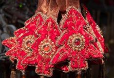 圣诞节红色装饰小树由天鹅绒制成,与Perls和玻璃装饰品 库存照片