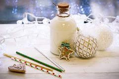 圣诞节结构、一个瓶的牛奶和ballsr 库存照片