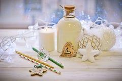 圣诞节结构、一个瓶的牛奶和ballsr 库存图片