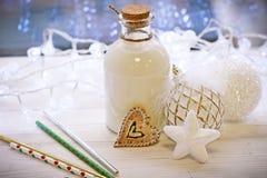 圣诞节结构、一个瓶的牛奶和ballsr 免版税库存图片
