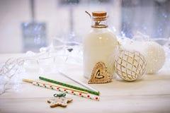 圣诞节结构、一个瓶的牛奶和ballsr 免版税库存照片