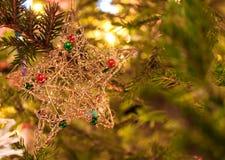 圣诞节结构树装饰特写镜头  免版税库存照片