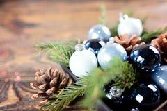 圣诞节结构的云杉分支,圣诞节球 免版税库存图片