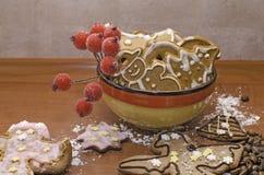 圣诞节结构的在一个colrful碗的gingerbeads 库存图片
