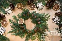 圣诞节结构的花圈、装饰、干桔子、枝杈和雪花 库存图片