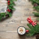 圣诞节结构的花圈,在木板的热巧克力 平的位置 顶视图 复制空间 免版税库存图片