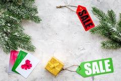 圣诞节网上礼物购买的2018销售与信用卡向书桌背景顶视图大模型扔石头 图库摄影
