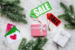 圣诞节网上礼物购买的2018销售与信用卡向书桌背景顶视图扔石头 免版税库存照片