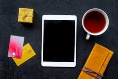 圣诞节网上礼物购买的2018销售与信用卡和垫黑书桌背景顶视图大模型 免版税库存照片