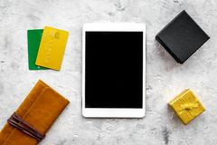 圣诞节网上礼物购买的2018销售与信用卡和片剂石书桌背景顶视图大模型 免版税库存图片