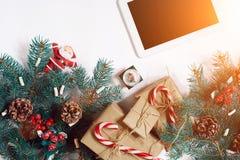 圣诞节网上购物背景 压片有拷贝空间的,云杉的分支,在白色背景的礼物屏幕 晒裂 免版税库存图片