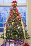 圣诞节美妙地装饰了结构树视窗 库存图片