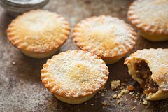 圣诞节肉馅饼用糖粉 免版税库存图片