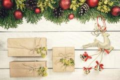 圣诞节背景与xmas树,红色装饰品和和w上 免版税库存照片