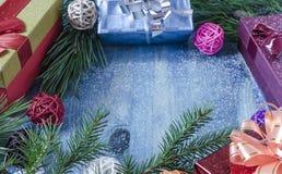 圣诞节背景分支有针礼物盒凉快的颜色顶视图 图库摄影