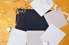 圣诞节背景卡拉服特纸片与地方的您的文本和白色圣诞节星和诗歌选的木的金子的 库存照片