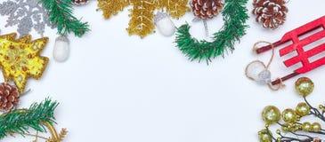 圣诞节背景和圣诞装饰 花卉装饰 奶油被装载的饼干 背景锥体查出的对象杉木白色 卡片的圣诞装饰 库存照片
