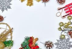圣诞节背景和圣诞装饰 花卉装饰 奶油被装载的饼干 背景锥体查出的对象杉木白色 卡片的圣诞装饰 图库摄影